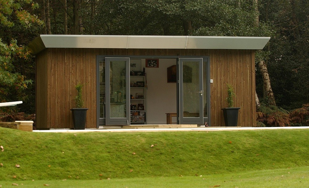 Moderno garden studio design with sliding doors