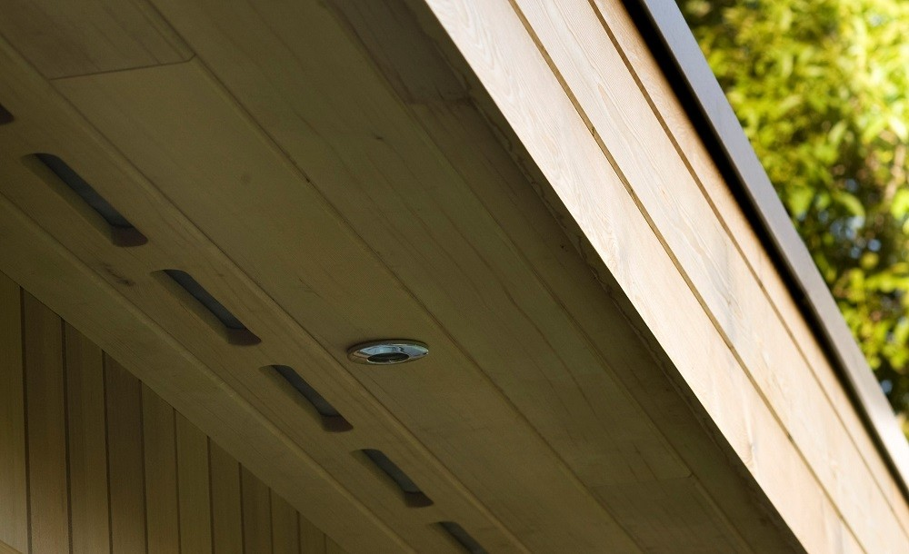 roof overhang and external light in an eco class from Rooms Outdoor