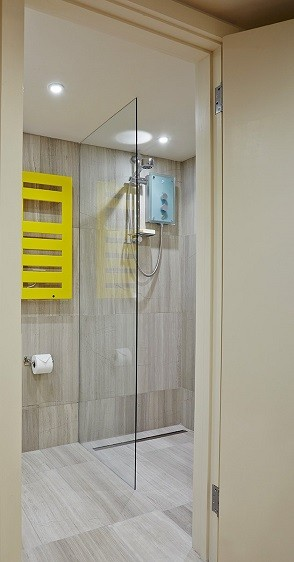 Standard wet room design for a garden annexe by Rooms Outdoor