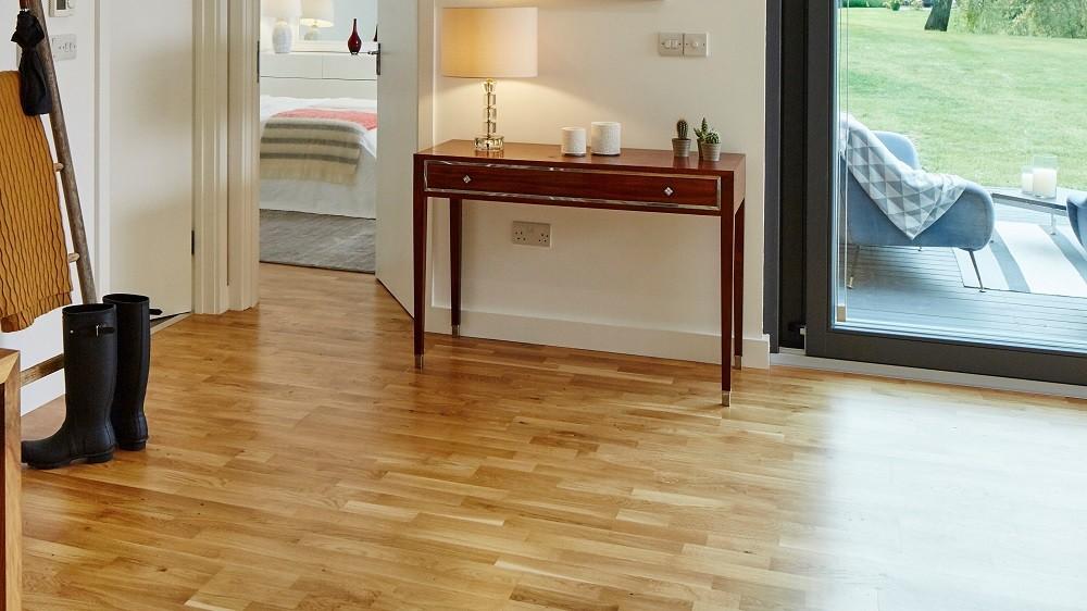 Standard oak flooring for a garden studio by Rooms Outdoor