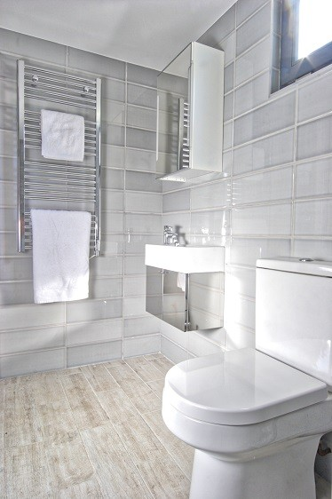 A bespoke shower room by Rooms Outdoor for one self-contained garden studio