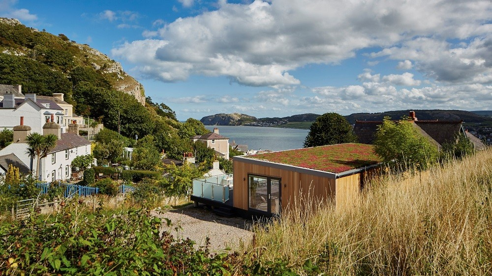 Holiday home with green roof, overlooking a beautiful bay in Wales